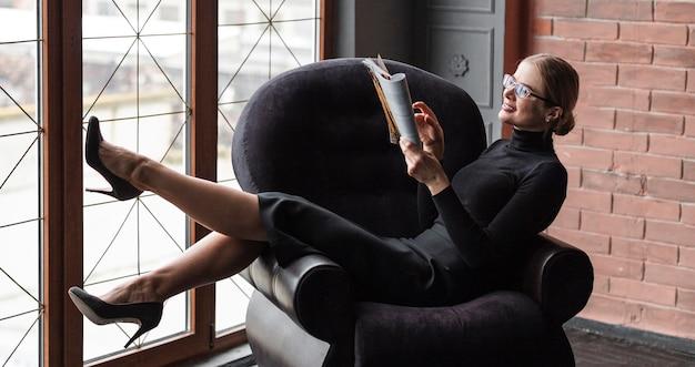 高角度の現代女性の読書雑誌