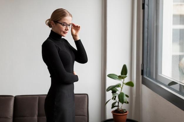 Красивая женщина позирует в очках