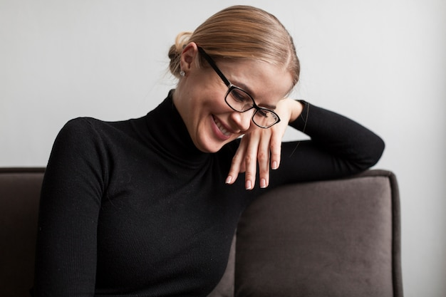 ソファに座ってハイアングルスマイリー女性