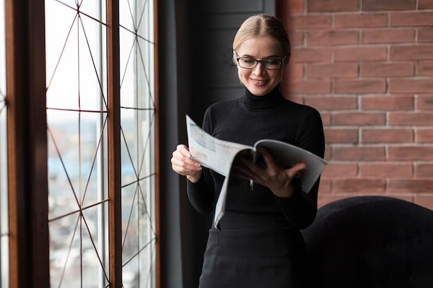 Молодая женщина читает журнал