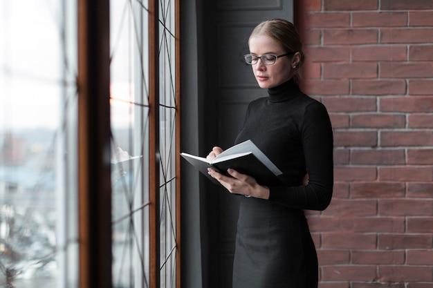 若い女性は本を読んで