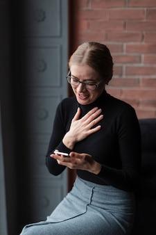 Высокий угол женщина с мобильного смеха