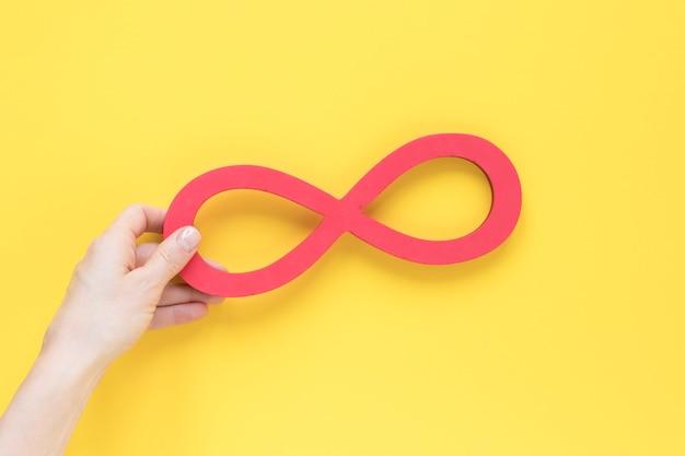 手に持つリアルサイエンスの無限のシンボル