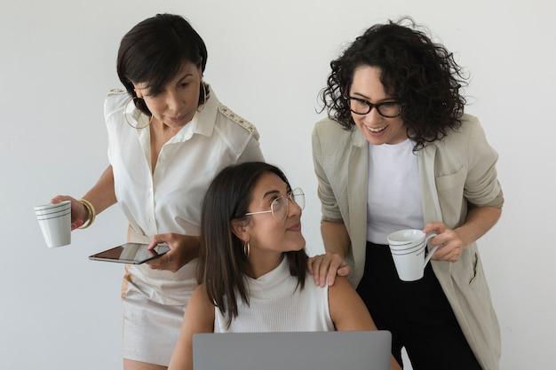 Красивые женщины работают вместе
