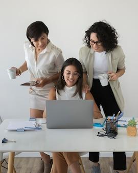 一緒に働く現代の女性