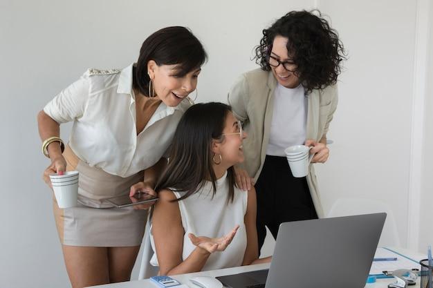 一緒に働く現代の女性の正面図