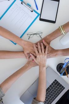 新しいプロジェクトのためにチームを組む女性