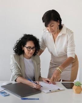 Красивые женщины, работающие вместе над проектом