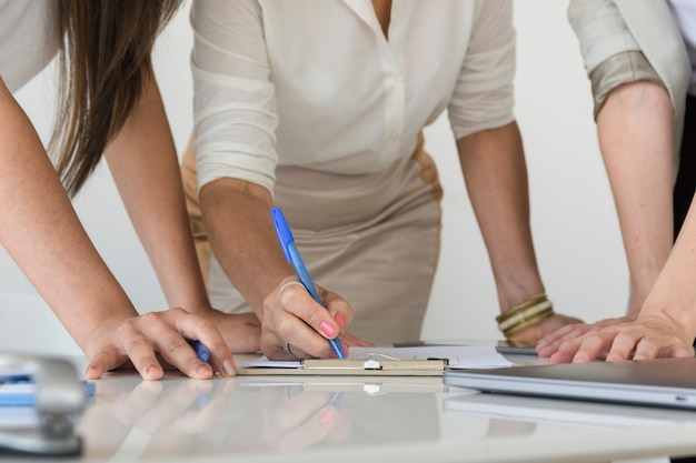 プロジェクトのクローズアップで一緒に働くビジネス女性