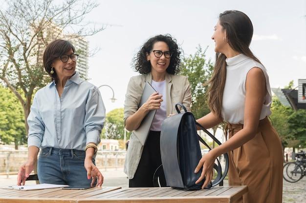 外で休憩するビジネス女性