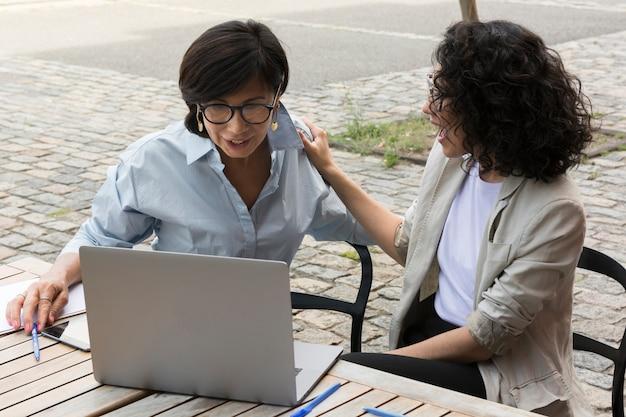 外で一緒に働くビジネス女性