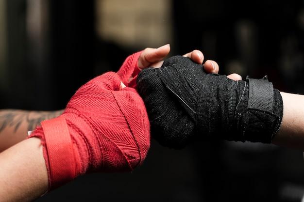 女性ボクシンググローブのクローズアップ