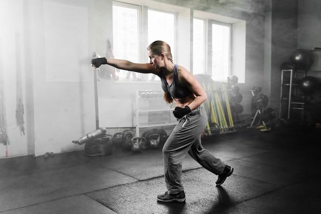 女性のボクシングトレーニングセンターでトレーニング