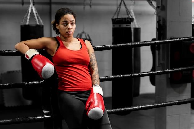 トレーニングから休憩を取って運動の女性