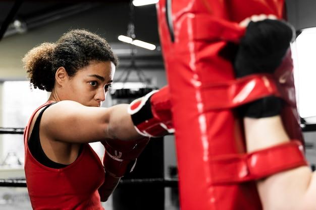 ボクシングセンターで一緒にトレーニングする女性