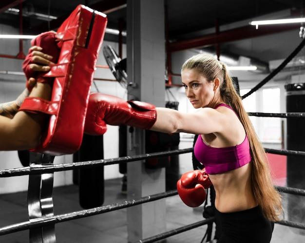 Спортивные женщины тренируются вместе