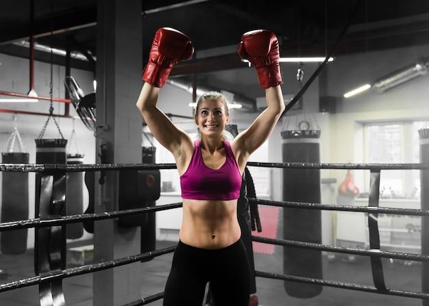 Женщина-энтузиаст на тренировке по боксу
