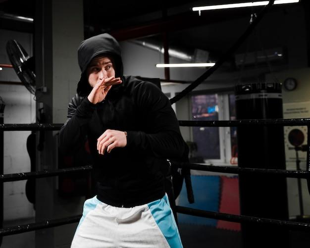 ボクシングリングでスポーツウェアトレーニングの男