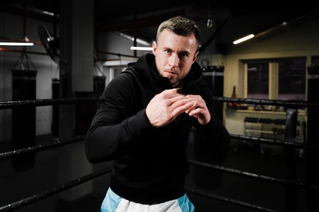 Блондинка тренируется в боксерском ринге