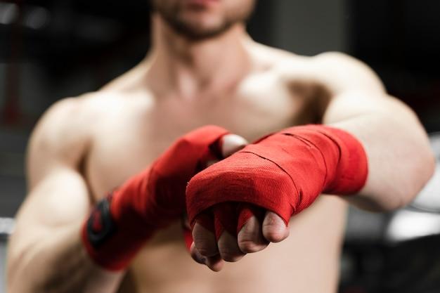 ボクシングリングのクローズアップでトレーニングの男