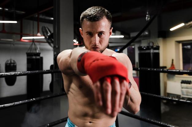 ボクシングリングでトレーニングアスレチック男