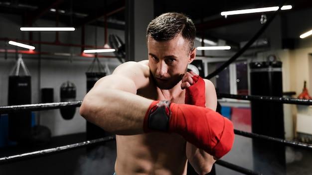 ボクシングリングでトレーニングの男
