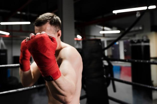 ボクシングリングでトレーニングフロントビュー男