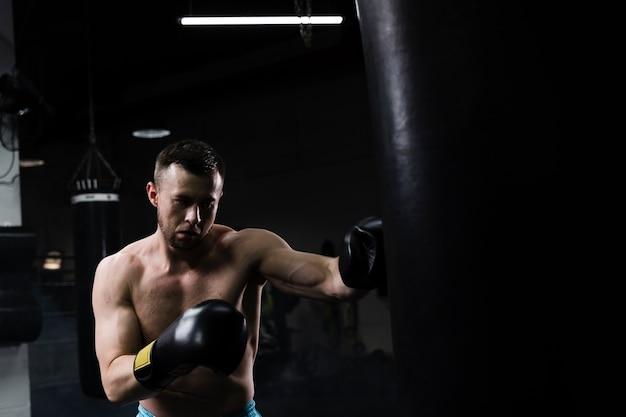 ボクシングの競争のために一生懸命トレーニング男