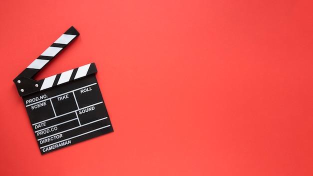 赤の背景にコピースペースで映画クラッパー