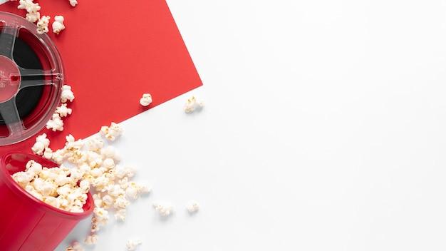 Элементы фильма на двухцветном фоне с копией пространства