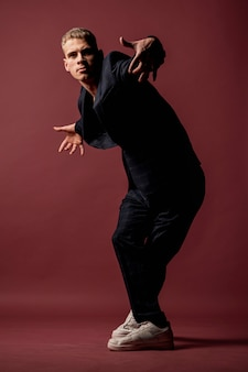 Вид спереди мужской исполнитель позирует и танцы