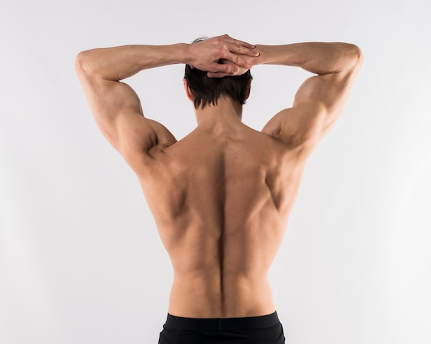 背中の筋肉を披露して上半身裸の運動男