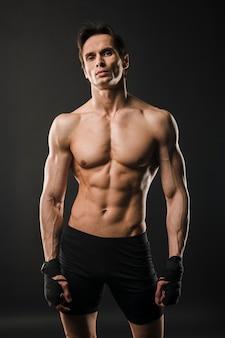上半身裸の筋肉質の男のポーズ