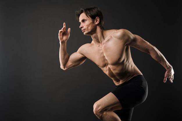 上半身裸の筋肉男のポーズの側面図