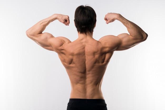 上半身裸の運動男の背面図