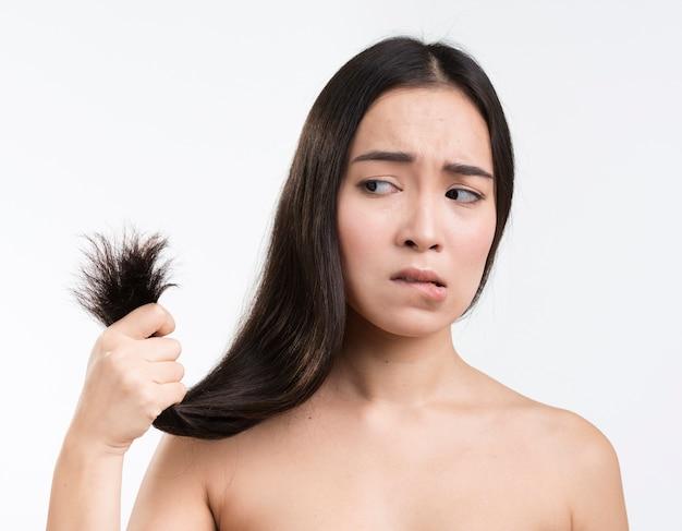 彼女の髪を心配している女性
