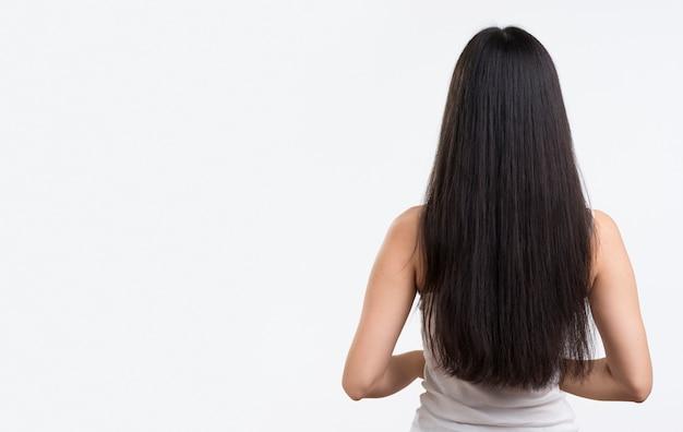 Вид спереди женщина с длинными волосами