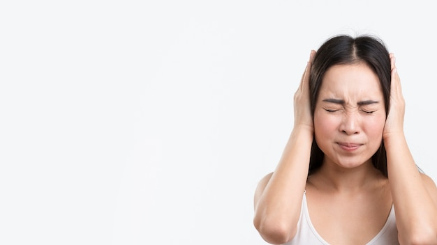 頭痛を持つコピースペース女性