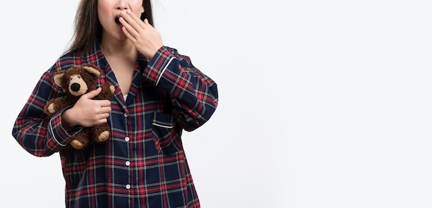Крупный план девушки в пижаме зевая