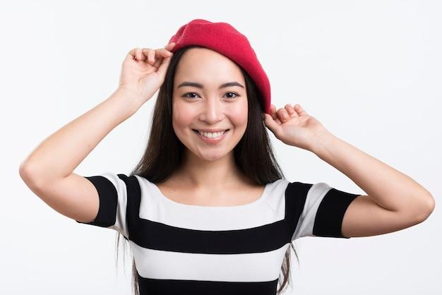 彼女の帽子を修正するスマイリー女性