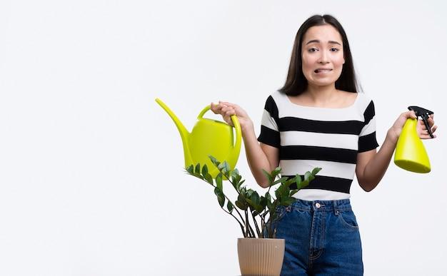 Женщина заботится о цветке