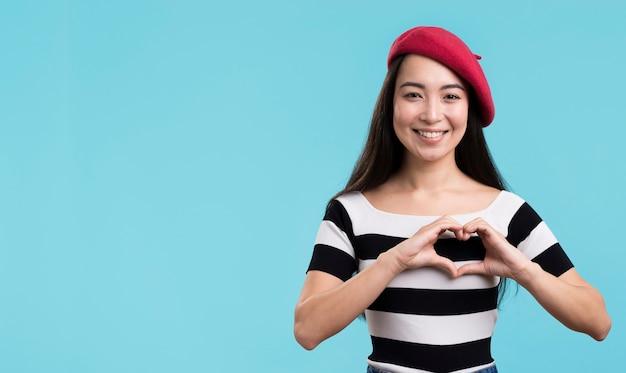 Красивая женщина, показаны формы сердца