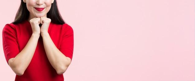 Макро милая женщина с красными губами