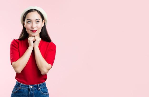 Милая молодая женщина с красными губами и шляпой