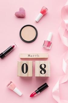 Женские элементы на розовом фоне