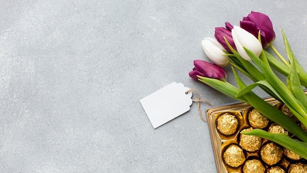コピースペースを持つチューリップとキャンディーの花束