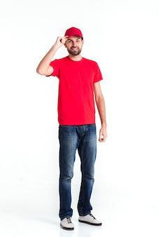 Длинный взгляд стоящего человека курьера держа крышку