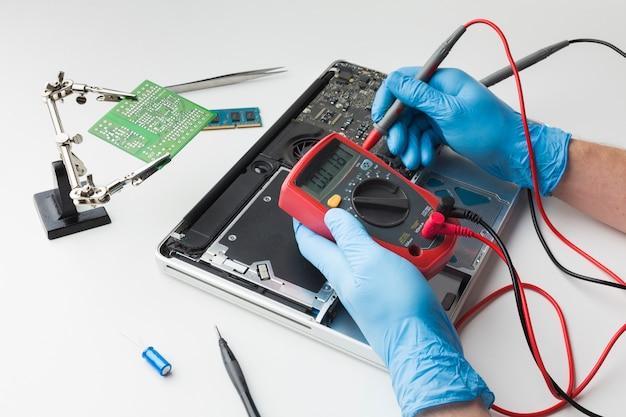 ノートパソコンを修理するクローズアップ人