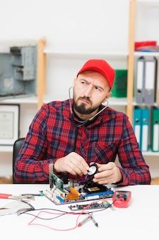 マザーボードを修理する正面の人