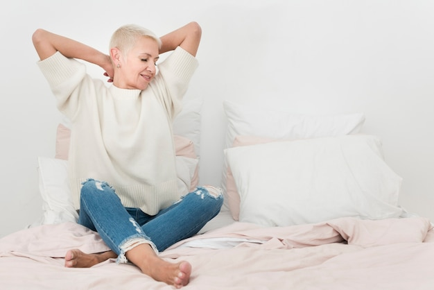 コピースペースが付いているベッドで年配の女性の正面図
